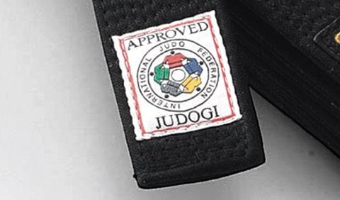 国際柔道連盟の認定マークが入った九櫻の黒帯
